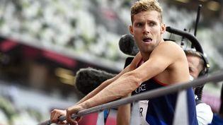 Kevin Mayer attend son passage pour le lancer du poids, mercredi 4 août, lors de l'épreuve du décathlon des Jeux olympiques de Tokyo. (HERVIO JEAN-MARIE / AFP)