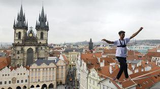 """SEPTEMBRE. """"Ne pas regarder en bas, ne pas regarder en bas"""". Un funambule tchèque marche au-dessus de Prague (République Tchèque), le 25 septembre 2017. (MICHAL CIZEK / AFP)"""