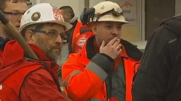 Des salariés devant l'entrée de l'usine ArcelorMittal de Florange (Moselle), jeudi 23 février 2012. (FRANCE 2)