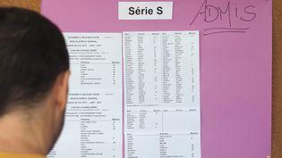 Un élève devant les résultats du baccalauréat dans un lycée de Grandmont à Tours, le 5 juillet 2019 (photo d'illustration). (GUILLAUME SOUVANT / AFP)