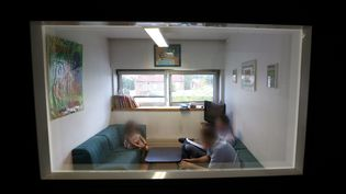 """La salle """"Mélanie"""", spécialement aménagée pour les auditions d'enfants, de la Brigade des mineurs de la Sûreté départementale des Hauts-de-Seine, en 2013. (  MAXPPP)"""