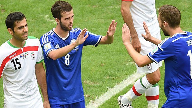 Miralem Pjanic tape dans les mains de son coéquipier Susic (EMMANUEL DUNAND / AFP)