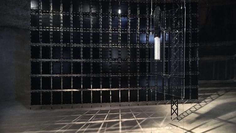 """Oeuvre de Floryan Varennes """"Delectatio Morosa"""" - Vue de l'exposition """"Amor Armada"""" à la maison du cuir de Graulhet (Floryan Varennes)"""