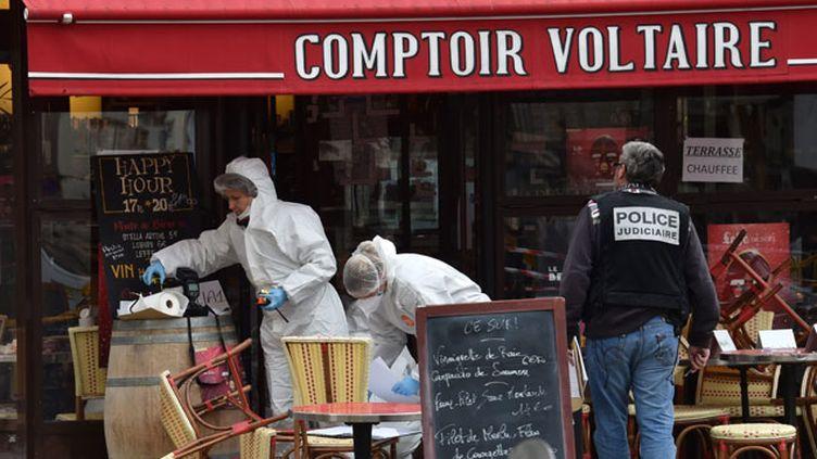(La police scientifique à l'œuvre dans l'un des bars visés par les terroristes vendredi dernier à Paris © MaxPPP)