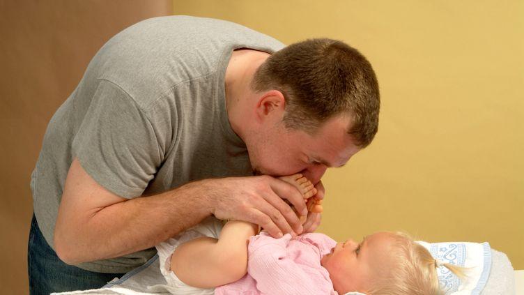 Un père et son bébé. Photo d'illustration. (CORTIER CLAUDE / MAXPPP)