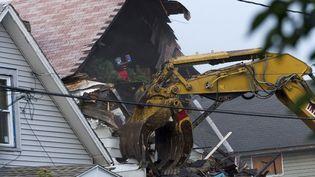 La maison où trois femmes ont été retenues prisonnières pendant dix ans, à Cleveland (Ohio), a été détruite, le 7 août 2013. (ANGELO MERENDINO / GETTY IMAGES NORTH AMERICA / AFP)