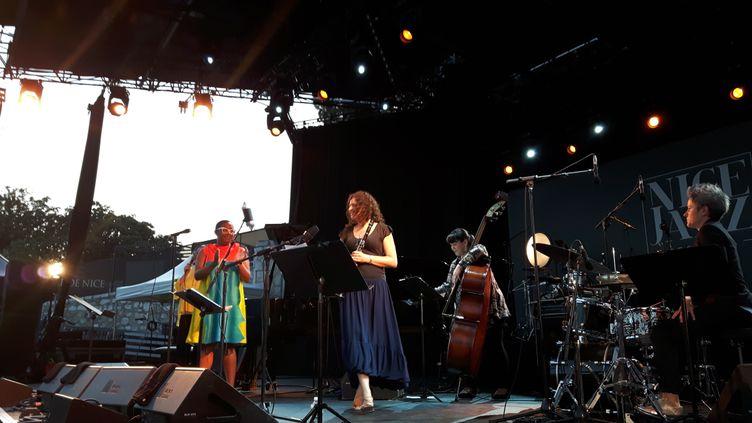 """Le groupe """"Woman to Woman"""",sur la scène duNice jazz festival. (ANNE CHEPEAU / RADIO FRANCE)"""