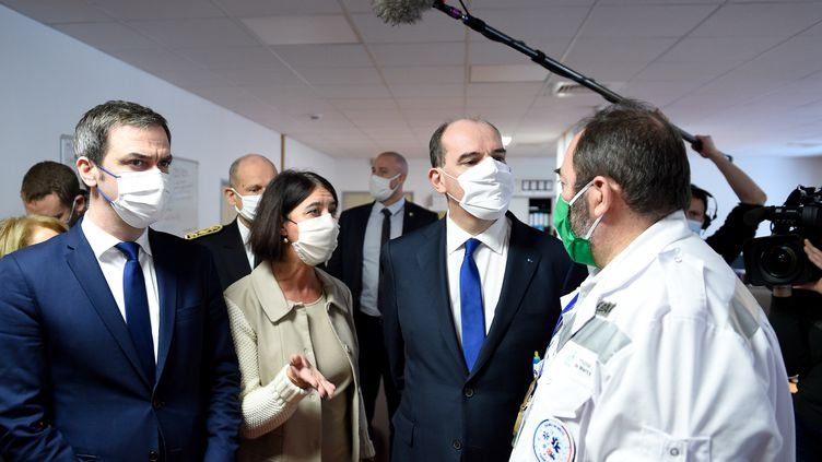 Le Premier ministre Jean Castex et le ministre de la Santé Olivier Véran en visite à l'hôpital de Metz-Thionville (Moselle) le 14 janvier 2021 (JEAN-CHRISTOPHE VERHAEGEN / AFP)