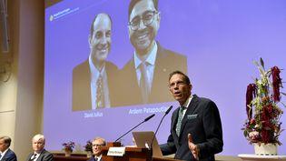 Thomas Perlmann, secrétaire de l'Assemblée Nobel, annonce les lauréats du prix Nobel de physiologie ou médecine 2021, lors d'une conférence de presse à l'Institut Karolinska de Stockholm, en Suède, le 4 octobre 2021. (JESSICA GOW / POOL / TT NEWS AGENCY POOL)