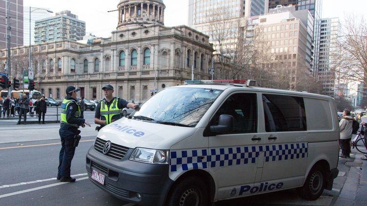 Des policiers tiennent la garde devant le tribunal de Melbourne (Australie), le 26 juillet 2017. (ASANKA BRENDON RATNAYAKE / ANADOLU AGENCY / AFP)