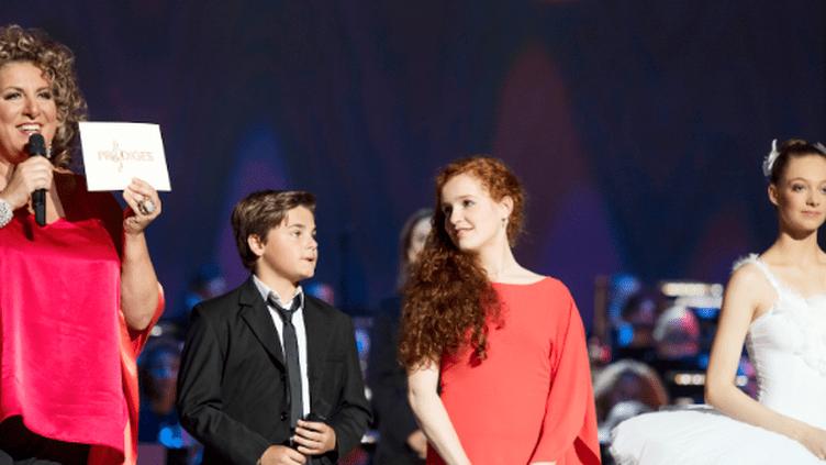 Camille, la gagnante (en rouge), entourée d'Hannaë et Jules, les 2 autres finalistes, et de Marianne James  (Nathalie Guyon / FTV)