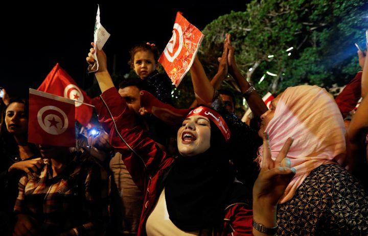 La foule laisse éclater sa joie à Tunis le 13 octobre 2019, après l'annonce de l'élection de Kaïs Saïed au 2e tour de la présidentielle. (REUTERS - ZOUBEIR SOUISSI / X02856)