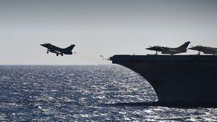 """Un Rafale décolle du porte-avions """"Charle-de-Gaulle"""" situé en mer Méditerranée, le 29septembre 2016. (ERIC FEFERBERG / AFP)"""