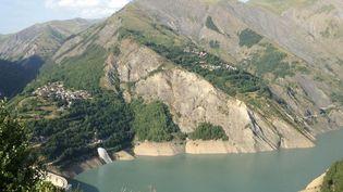 La montagne menace de s'effondrer dans le lac du Chambon (Isère). (FLORIAN DELAFOI / FRANCETV INFO)