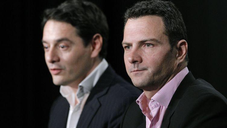 Jérôme Kerviel (à droite) et son avocat, David Koubbi, s'adressent à la presse, le 27 avril 2012, à Paris. (PATRICK KOVARIK / AFP)