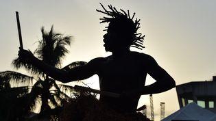Un groupe ivoirien de danse traditionnelle se produisant lors de la 9e édition du Marché des arts du spectacle d'Abidjan (Masa) le 11 mars 2016, à Abidjan (Côte d'Ivoire). (ISSOUF SANOGO / AFP)