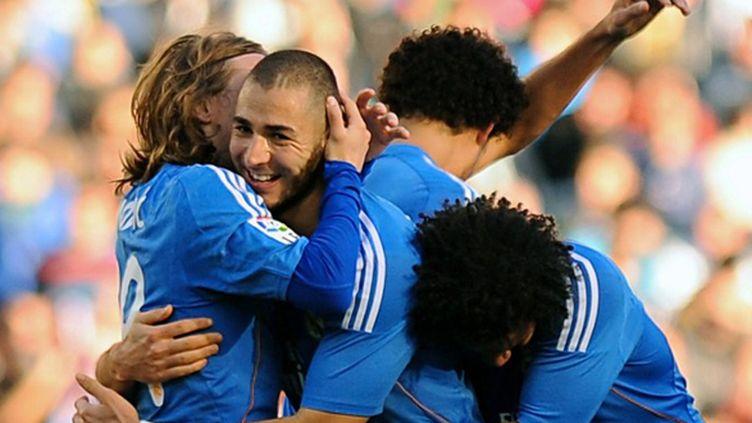 Benzema félicité par ses coéquipiers du Real (JORGE GUERRERO / AFP)