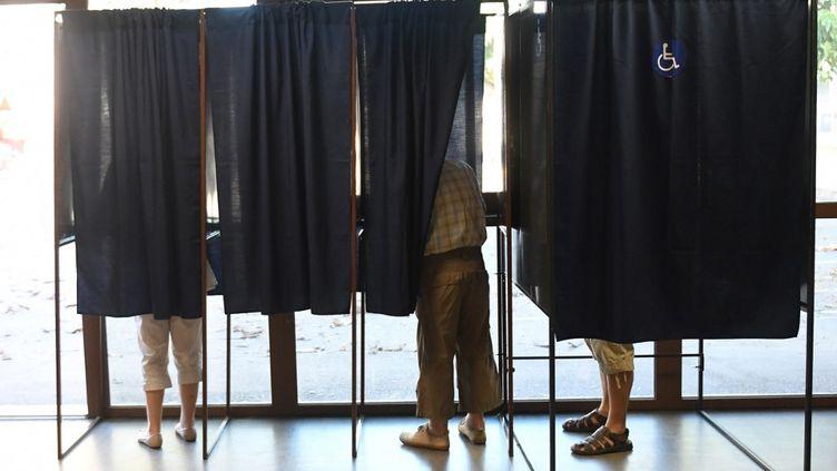 Des électeurs dans un bureau de vote de Perpignan (Pyrénées-Orientales), le 18 juin 2017. (PASCAL PAVANI / AFP)