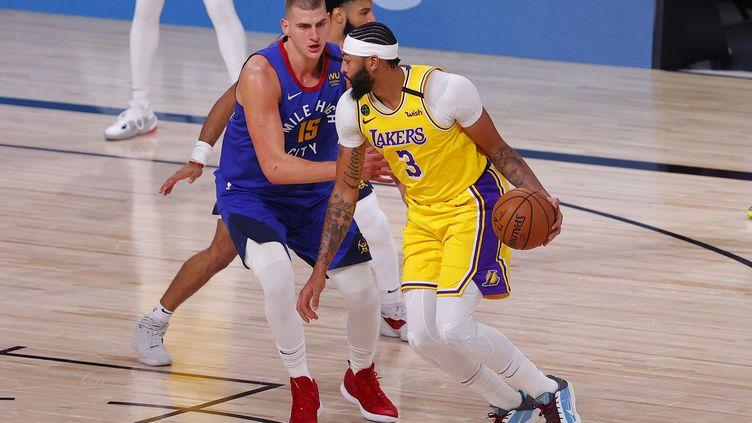 Anthony Davis des Lakers de Los Angeles passe devant Nikola Jokic des Nuggets de Denver, le 18 septembre, à Lake Buena Vista, Floride.  (MIKE EHRMANN / GETTY IMAGES NORTH AMERICA)