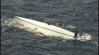 L'épave du bateau de Tony Bullimore, retrouvée à 2 600 km au large des côtes australiennes, le 7 janvier 1997. Le skipper britannique a survécu cinq jours à l'intérieur de son bateau retourné, qui sera abandonné dans l'océan Indien. (AFP)