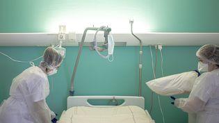 Des aides-soignantes nettoient la chambre d'un patient Covid, le 26 janvier 2021, à l'hôpital de Perpignan (Pyrénées-Orientales). (IDHIR BAHA / HANS LUCAS / AFP)