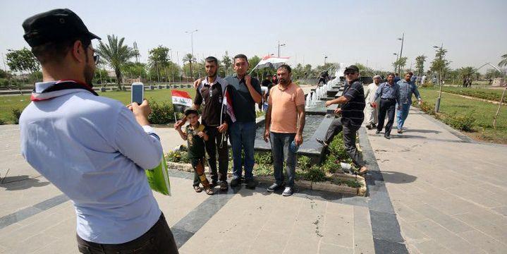 Dans la Zone verte ultrasécurisée de Bagdad, investie le 30 avril 2016 par les partisans de Moqtada al-Sadr, des manifestants transformés en badauds éblouis. (AHMAD AL-RUBAYE / AFP)