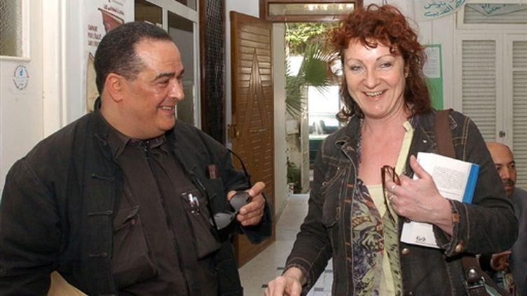 Le journaliste Taoufik Ben Brik (avec l'eurodéputée française Hélène Flautre) le 16 mars 2007 à Tunis (AFP PHOTO FETHI BELAID)