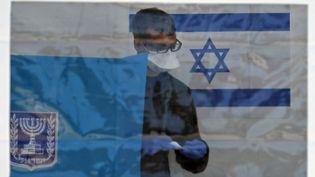 Un Israélienen train de voter pourdes élections législatives du 2 mars 2020 dans la ville de Haïfa, au nord d'Israël. (AHMAD GHARABLI / AFP)