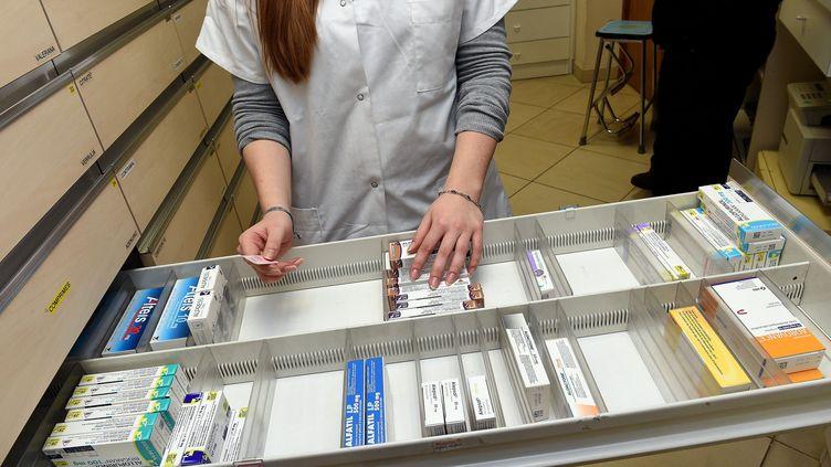 Un tiroir de médicament à moitié vide, dans une pharmacie, à Lille, le 25 mars 2015. (MAXPPP)