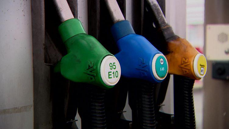 À la pompe, le prix au litre de l'E85 tourne autour de 70 centimes le litre. (FRANCEINFO)
