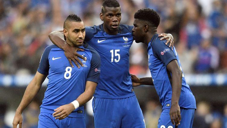 Dimitri Payet,Paul Pogba etSamuel Umtiti, lors du match France-Islande, en quart de finale de l'Euro, le 3 juillet 2016 au stade de France. (PHILIPPE LOPEZ / AFP)