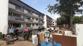 Les sinistrésde Sinzig, en Allemagne, ont sorti sur les trottoirs leurs meubles et appareils électroménagers noyés et hors d'usage pour tenter de nettoyer leurshabitations. (SEBASTIEN BAER / FRANCEINFO / RADIO FRANCE)