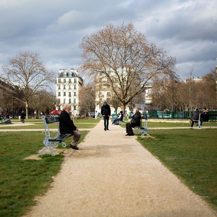 Un homme se promène dans un parc à Paris, le 19 février 2021. (RAPHAEL KESSLER / HANS LUCAS / AFP)