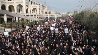 Des manifestants défilent dans les rues de Téhéran, le 3 janvier 2020, pour protester contre le raid américain à Bagdad qui a tué le général iranien Qassem Soleimani. (ATTA KENARE / AFP)