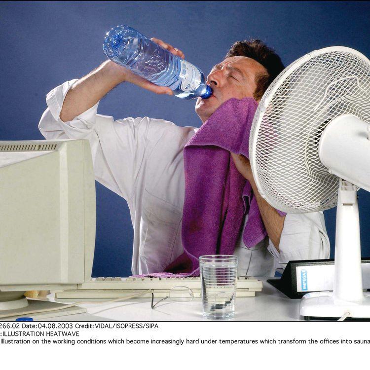 Un employé accablé par la chaleur au bureau. (VIDAL/ISOPRESS/SIPA / SIPA)