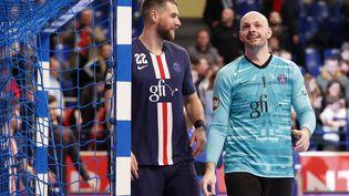 Les joueurs du PSG Luka Karabatic (à gauche)et Vincent Gérard. (STEPHANE ALLAMAN / DPPI via AFP)