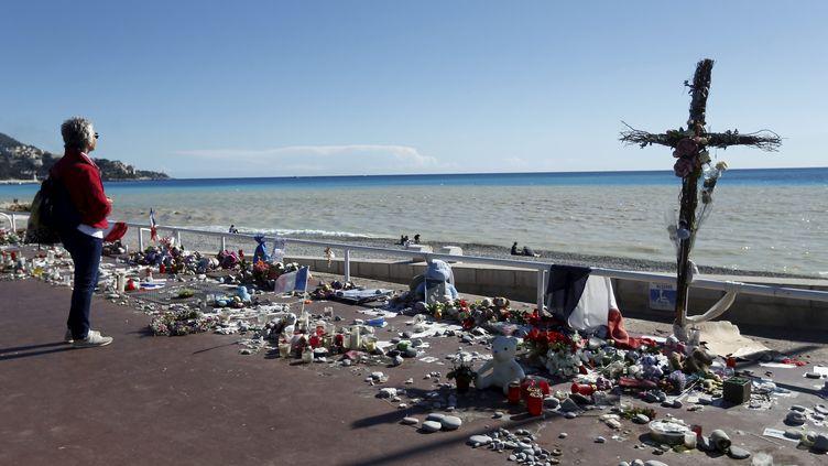 Photo d'illustration. Des fleurs déposées sur la promenade des Anglais, après l'attentat de Nice, le 14 juillet 2016. (FRANTZ BOUTON / MAXPPP)