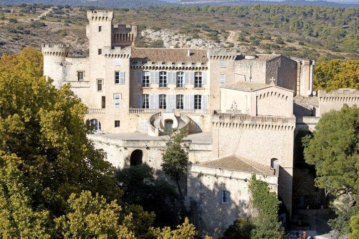 Le château médiéval de La Barben, entouré d'un domaine de 400 hectares, est situé dans les Bouches-du-Rhône, entre Aix-en-Provence et Arles. (GARDEL BERTRAND / HEMIS.FR / AFP)