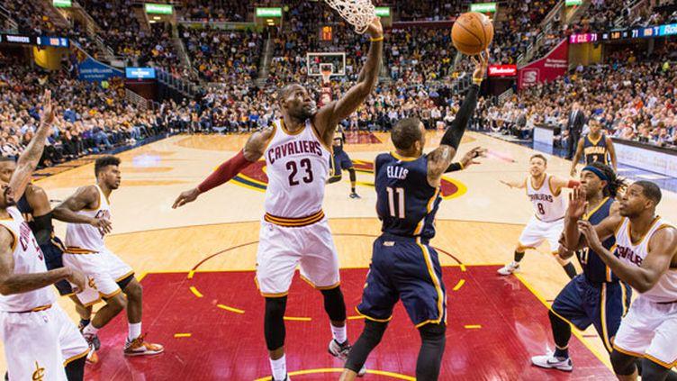 Le joueur des Pacers Monta Ellis tente d'éviter le contre de LeBron James