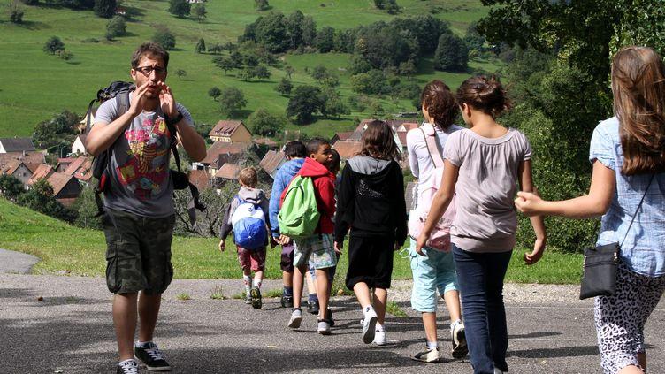 Un groupe d'enfants en colonie de vacances avec leur animateur en août 2011. Photo d'illustration. (DAREK SZUSTER / MAXPPP)