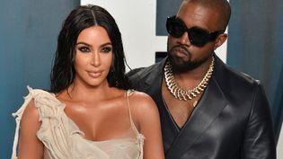Kim Kardashian et son mari Kanye West à la fête des Oscars de Vanity Fair à Beverly Hills (Californie, Etats-Unis), le 9 février 2020. (GEORGE PIMENTEL / GETTY IMAGES NORTH AMERICA)