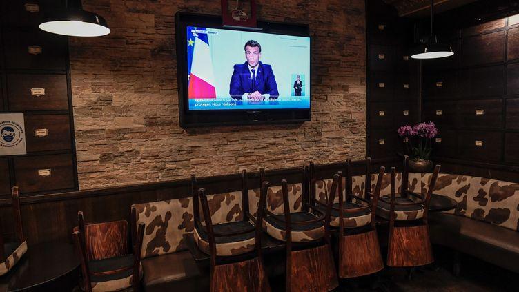 L'allocution d'Emmanuel Macron dans la salle d'un bar vide à Paris, le 28 octobre 2020. (STEPHANE DE SAKUTIN / AFP)