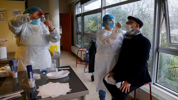 Un test antigénique réalisé dans un lycée à Saint-Denis (Seine-Saint-Denis), le 21 janvier 2021. (THOMAS SAMSON / AFP)