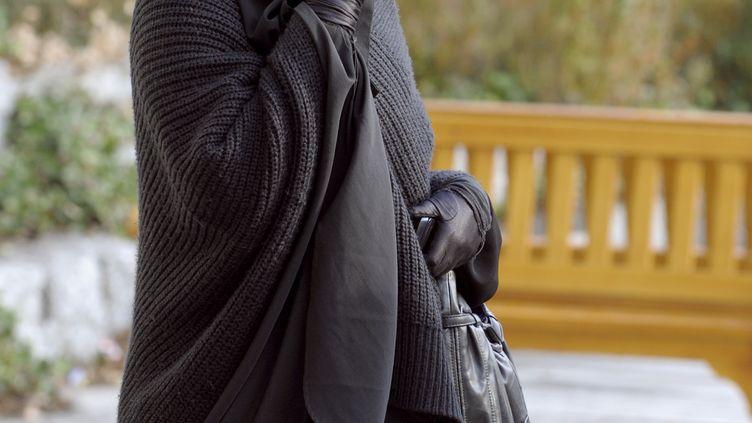 Une femme musulmane porte le niqab, le 25 janvier 2010 à Lyon (Rhône). (PHILIPPE DESMAZES / AFP)