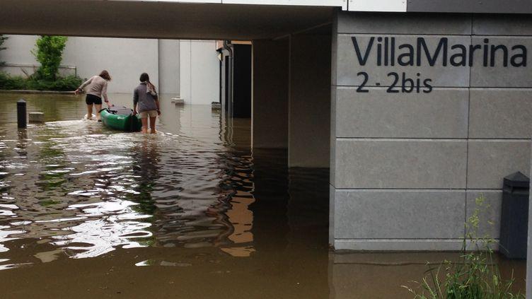 Face à la crue de la Seine, des habitantesévacuent la Villa Marina sur l'île Saint-Germain à Issy-les-Moulineaux (Hauts-de-Seine). (ELISE LAMBERT/FRANCETV INFO)