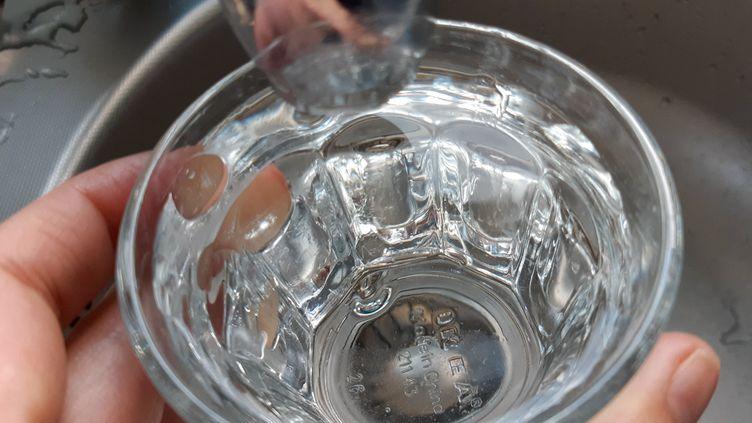 De l'eau du robinet dans un verre. Photo d'illustration. (AURÉLIE LAGAIN / FRANCE-BLEU BREIZH IZEL / RADIO FRANCE)