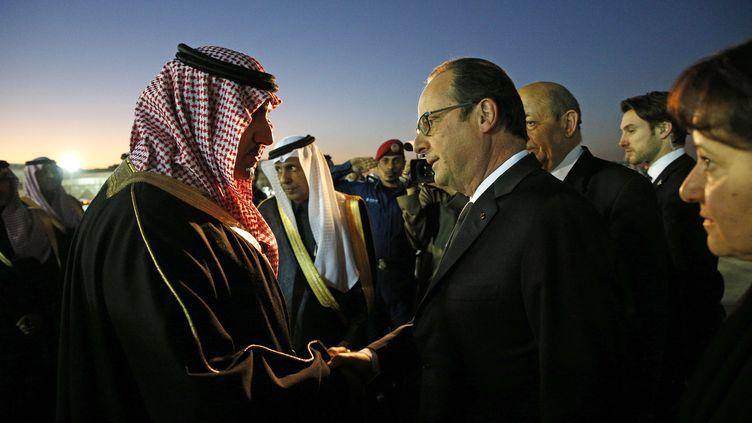 Le président François Hollande salue le gouverneur de la province de Riyad, le 24 janvier 2015, à Riyad. (YOAN VALAT / AFP)