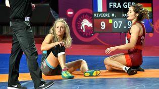 La lutteuse française Mathilde Rivière (en rouge) s'est qualifiée pour les JO de Tokyo lors du TQO de Sofia, vendredi 7 mai 2021. (ANDRZEJ LANGE / PAP)