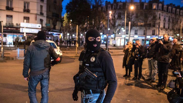 Deux policiers lors de l'intervention antiterroriste à Saint-Denis, le 18 novembre 2015. (KAMIL ZIHNIOGLU / SIPA)