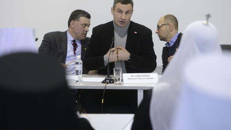 Les opposants ukrainiens OlegTiagnibok,Vitali Klitschko etArseni Iatseniuk lors d'une réunion, àKiev (Ukraine), le 25 janvier 2014. (© POOL NEW / REUTERS / X80003)